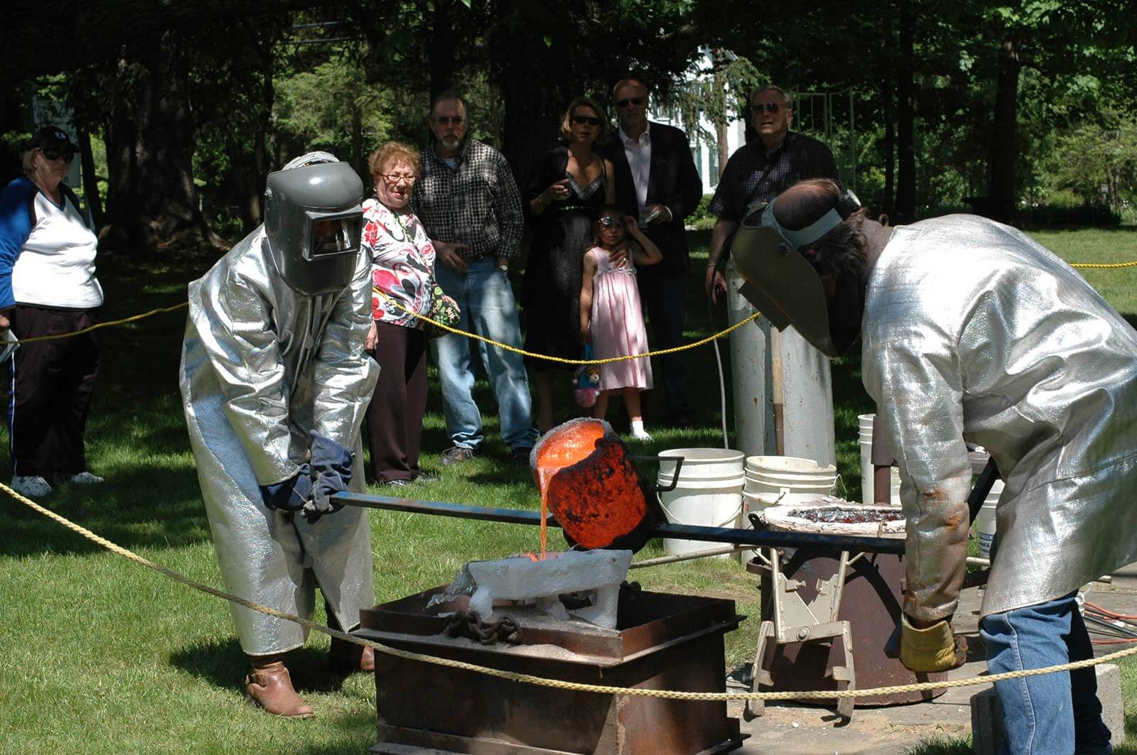 Bronze demonstration by sculptor Andrew DeVries at the bee & Thistle Inn